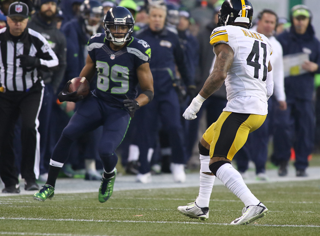 Nov 29: NFL Seahawks Receiver Doug Baldwin picking up first down and more in the second half action Pittsburgh Steelers vs Seattle Seahawks at CenturyLink Field in Seattle Washington. (Photo by Jevone Moore/Full Image 360)